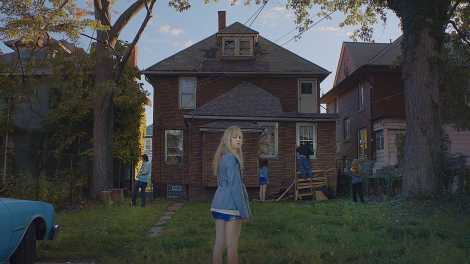 it follows movie maika monroe abandoned house