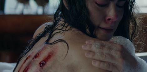 cabin-fever-remake-2016-bath-tub-shaving-scene